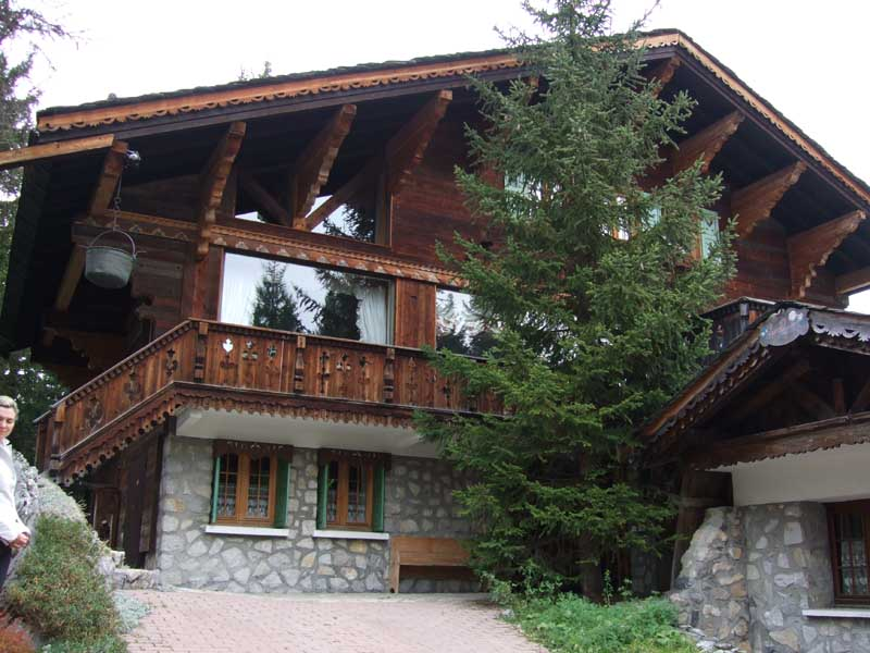 Что из себя представляют дома в стиле шале? .  Быть может вы слышали о таких симпатичных домиках в Швейцарии. .